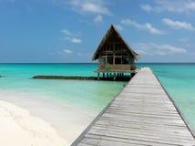 Μαλδίβες Ένα μονοπάτι πηγαίνει στο μπανγκαλόου, το οποίο είναι στον ωκεανό ημέρα ηλιόλουστη Στοκ εικόνες με δικαίωμα ελεύθερης χρήσης