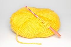 Μαλλί για το πλέξιμο στο άσπρο υπόβαθρο Στοκ Φωτογραφία