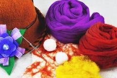 Μαλλί πίλησης, μάλλινο καπέλο, κίτρινο και πορφυρό μαλλί, λουλούδι φιαγμένο από μαλλί Στοκ Φωτογραφία