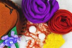 Μαλλί πίλησης, μάλλινο καπέλο, κίτρινο και πορφυρό μαλλί, λουλούδι φιαγμένο από μαλλί Στοκ εικόνα με δικαίωμα ελεύθερης χρήσης
