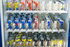 Μαλαισία - 12 Φεβρουαρίου 2017:: μη αλκοολούχος η μηχανή πώλησης νερού α Στοκ Εικόνες