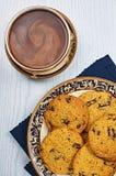 Μαλακά και λαστιχωτά μπισκότα τσιπ σοκολάτας με τον καφέ Στοκ Εικόνες