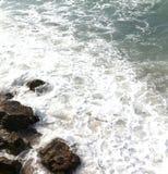 Μαλακά κύματα που προσκρούουν στον απότομο βράχο Στοκ Εικόνα