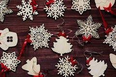 Μαλακά μπεζ ξύλινα snowflakes Χριστουγέννων σε ένα εκλεκτής ποιότητας ξύλινο καφετί υπόβαθρο Στοκ φωτογραφία με δικαίωμα ελεύθερης χρήσης