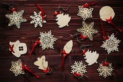 Μαλακά μπεζ ξύλινα snowflakes Χριστουγέννων σε ένα εκλεκτής ποιότητας ξύλινο καφετί υπόβαθρο Στοκ Φωτογραφία