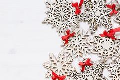 Μαλακά μπεζ ξύλινα snowflakes Χριστουγέννων σε ένα ξύλινο άσπρο υπόβαθρο Στοκ εικόνα με δικαίωμα ελεύθερης χρήσης