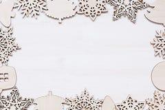 Μαλακά μπεζ ξύλινα snowflakes Χριστουγέννων σε ένα ξύλινο άσπρο υπόβαθρο Στοκ Εικόνες
