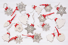 Μαλακά μπεζ ξύλινα snowflakes Χριστουγέννων σε ένα ξύλινο άσπρο υπόβαθρο Στοκ φωτογραφία με δικαίωμα ελεύθερης χρήσης