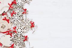 Μαλακά μπεζ ξύλινα snowflakes Χριστουγέννων σε ένα ξύλινο άσπρο υπόβαθρο Στοκ εικόνες με δικαίωμα ελεύθερης χρήσης