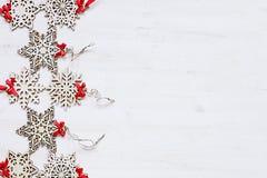 Μαλακά μπεζ ξύλινα snowflakes Χριστουγέννων σε ένα ξύλινο άσπρο υπόβαθρο Στοκ Φωτογραφία