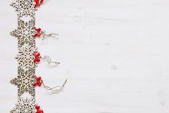 Μαλακά μπεζ ξύλινα snowflakes Χριστουγέννων σε ένα ξύλινο άσπρο υπόβαθρο Στοκ Φωτογραφίες
