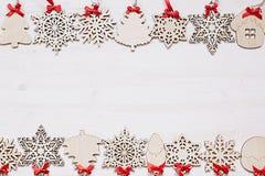 Μαλακά μπεζ ξύλινα snowflakes Χριστουγέννων σε ένα ξύλινο άσπρο υπόβαθρο Στοκ Εικόνα