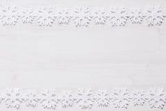 Μαλακά snowflakes Χριστουγέννων σε ένα ξύλινο άσπρο υπόβαθρο Στοκ φωτογραφίες με δικαίωμα ελεύθερης χρήσης