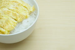 Μαλακές βρασμένες ρύζι και ομελέτα στο κύπελλο στον ξύλινο πίνακα Στοκ φωτογραφία με δικαίωμα ελεύθερης χρήσης