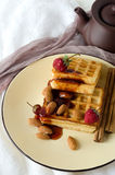 Μαλακές φράουλες αμυγδάλων μαρμελάδας βαφλών γύρω από το πιάτο στοκ φωτογραφία με δικαίωμα ελεύθερης χρήσης