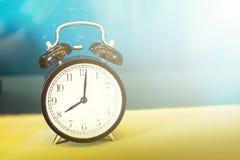 Μαλακή εστίαση, αναδρομικό ξυπνητήρι σε έναν πίνακα Φωτογραφία στο αναδρομικό χρώμα ι Στοκ φωτογραφία με δικαίωμα ελεύθερης χρήσης