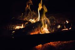 Μαλακή θολωμένη φλόγα πυρκαγιάς με τους σπινθήρες Στοκ Φωτογραφία