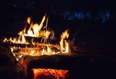 Μαλακή θολωμένη φλόγα πυρκαγιάς με τους σπινθήρες Στοκ Εικόνα