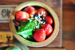 Μαλακή κρέμα παγωτού Matcha τσαγιού φραουλών πράσινη στοκ φωτογραφίες