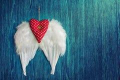 Μαλακή κόκκινη καρδιά με τα άσπρα φτερά Στοκ Φωτογραφία