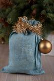 Μαλακή μπλε τσάντα Santa στο χρόνο Χριστουγέννων Στοκ Φωτογραφία