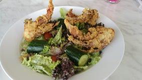 Μαλακή σαλάτα καβουριών κοχυλιών στο άσπρο πιάτο Στοκ εικόνα με δικαίωμα ελεύθερης χρήσης