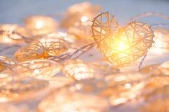Μαλακός πορτοκαλής λαμπτήρας κρητιδογραφιών στα καλάθια μπαμπού στη μορφή καρδιών Στοκ Φωτογραφίες