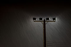 Μαλακός πυροβολισμός των φω'των λαμπτήρων οδών νύχτας στη δυνατή βροχή Στοκ φωτογραφία με δικαίωμα ελεύθερης χρήσης