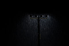 Μαλακός πυροβολισμός των φω'των λαμπτήρων οδών νύχτας στη δυνατή βροχή Στοκ εικόνα με δικαίωμα ελεύθερης χρήσης