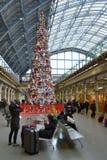 Μαλακός σταθμός του ST Pancras χριστουγεννιάτικων δέντρων παιχνιδιών Στοκ Φωτογραφίες