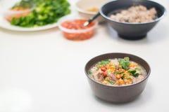 Μαλακό βρασμένο ρύζι με το συστατικό, ταϊλανδικά τρόφιμα Στοκ Εικόνες