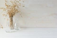 Μαλακό εγχώριο ντεκόρ του βάζου γυαλιού με spikelets στο άσπρο ξύλινο υπόβαθρο Στοκ Φωτογραφία