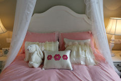 Μαλακό κρεβάτι με το κουνούπι καθαρό Στοκ Εικόνα