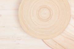 Μαλακό μπεζ άσπρο ξύλινο υπόβαθρο με τους αφηρημένους κύκλους Στοκ εικόνα με δικαίωμα ελεύθερης χρήσης