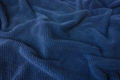 Μαλακό μπλε ύφασμα πετσετών που μοιάζει με τα κύματα Στοκ Φωτογραφίες