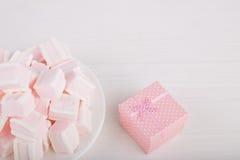 Μαλακό ρόδινο και άσπρο marshmallow με το κιβώτιο δώρων στο άσπρο backgroun Στοκ Φωτογραφία