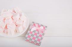 Μαλακό ρόδινο και άσπρο marshmallow με το κιβώτιο δώρων στο άσπρο backgroun Στοκ φωτογραφία με δικαίωμα ελεύθερης χρήσης
