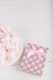 Μαλακό ρόδινο και άσπρο marshmallow με το κιβώτιο δώρων στο άσπρο backgroun Στοκ Εικόνα