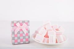 Μαλακό ρόδινο και άσπρο marshmallow με το κιβώτιο δώρων στο άσπρο backgroun Στοκ εικόνα με δικαίωμα ελεύθερης χρήσης