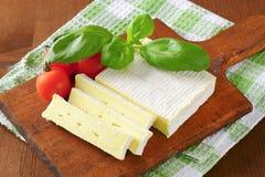 Μαλακό τυρί με το λεπτό άσπρο φλοιό Στοκ εικόνες με δικαίωμα ελεύθερης χρήσης