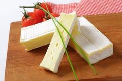 Μαλακό τυρί με το λεπτό άσπρο φλοιό Στοκ Φωτογραφίες
