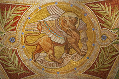 Μαδρίτη - μωσαϊκό του λιονταριού ως σύμβολο του σημαδιού Αγίου Evangelist Iglesia de SAN Manuel Υ SAN Benito στοκ εικόνες