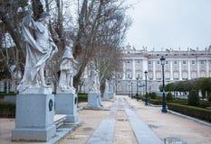 Μαδρίτη - τα αγάλματα (. σεντ 19.) απεικονίζουν Ρωμαίο, Visigoth και τους χριστιανικούς κυβερνήτες από Plaza de Oriente Στοκ φωτογραφίες με δικαίωμα ελεύθερης χρήσης