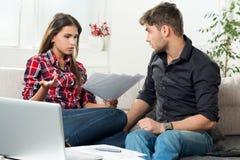 Μαλωμένο ζεύγος με τους απλήρωτους λογαριασμούς Στοκ φωτογραφία με δικαίωμα ελεύθερης χρήσης