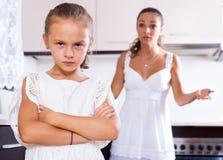 Μαλώνοντας γυναίκα και κορίτσι στοκ εικόνες με δικαίωμα ελεύθερης χρήσης