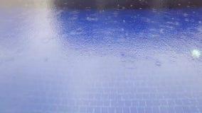 Μείωση βροχής στην μπλε πισίνα φιλμ μικρού μήκους