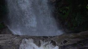 Μείωση καταρρακτών στο βράχο σε αργή κίνηση φιλμ μικρού μήκους