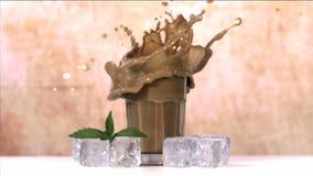 Μείωση κύβων πάγου στο γυαλί φιλμ μικρού μήκους