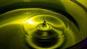 Μείωση νερού από ένα ύψος στο φως ασβέστη στοκ φωτογραφία