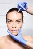 Μείωση ρυτίδων, η έγχυση Botox ρυτίδων του λιονταριού Στοκ εικόνα με δικαίωμα ελεύθερης χρήσης